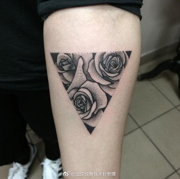 三角形纹身寓意着冷静的思考,是一种处事不惊的人生态度 ;稳重 具有